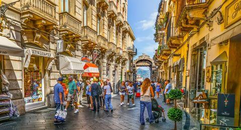 تاورمينا الإيطالية محطة سياحية ساحرة للاستراحة