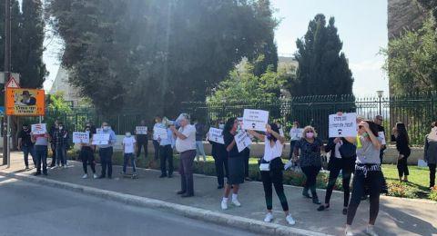 المحامون المتدربون يتظاهرون مقابل بيت رئيس نقابة المحامين