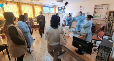 د.بدر طريف في جولة تفقدية للمدارس للوقوف عن كثب على عملية تطعيم الطلاب