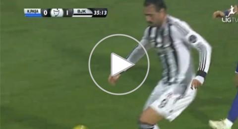 مدافع يوقف هجمة للخصم بإلقاء كرة ثانية كانت فى يده وهو داخل الملعب فى تركيا
