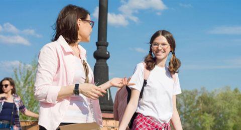 ابنتك على أعتاب المراهقة؟.. إليكِ 4 محادثات يجب أن تجريها معها