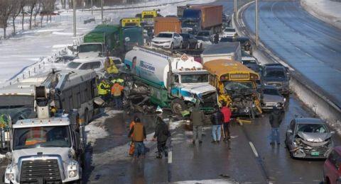 بسبب الثلوج: حادثٌ ضخم بين 200 مركبة.. وعشرات الإصابات!