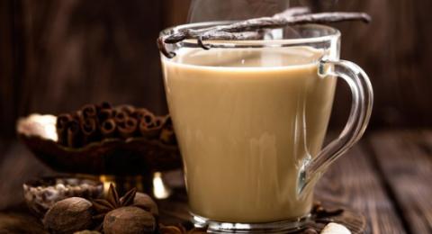 شاي كرك بالزنجبيل الدافئ في الأجواء الباردة