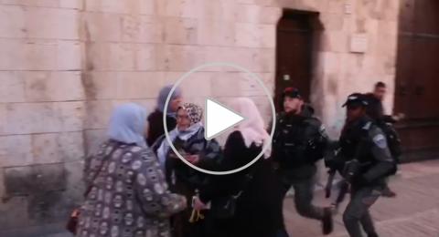 القدس: الاعتداء على المرابطة خويص لانها وزعت الشوكلاته على المصلين