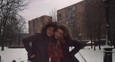 ميريام فارس تتمتع بالثلوج في موسكو مع شقيقتها