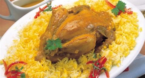 الدجاج الأندونيسي مع الأرز الأصفر وجوز الهند