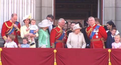 ماذا فعل الأمير الصغير ليخطف الأنظار من الملكة إليزابيث..؟