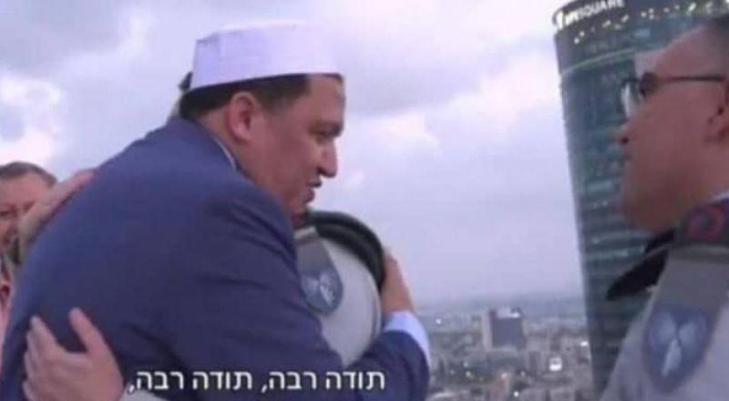 رجل دين تونسي يزور جنودا إسرائليين في تل أبيب ويدعو لهم بالنصر !!