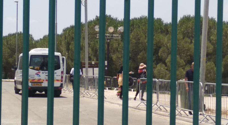 اغلاق القفزة امام المواطنين ما عدا السياح، واشاعات حول قبول جمعية السلام مبلغ التبرع من جوشوا!