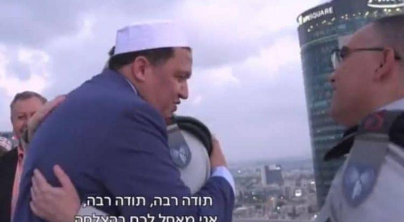 واعظ تونسي يعانق جنودا إسرائيليين ويدعو لهم بالنصر!