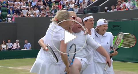 لاعبات التنس يتخلصن من مشجع مشاغب بإشراكه في اللعبة