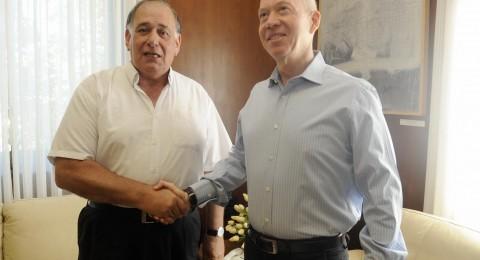 وزير الاسكان يوآف غالانت، ونائبه جاكي ليفي في زيارة لمدينة حيفا