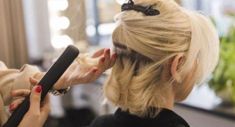 احذري.. الاستخدام المتكرر لأجهزة التصفيف يؤذي شعرك