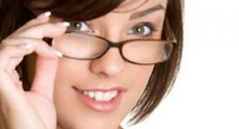 أيّ ماكياج يناسب صاحبة النظارات الطبية؟