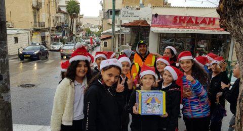 طلاب الصف الخامس أ في مدرسة الكرمل للأباء الكرمليين  يقدمون الحلويات والمشروبات الساخنة لعمال النظافة في بلدية حيفا!