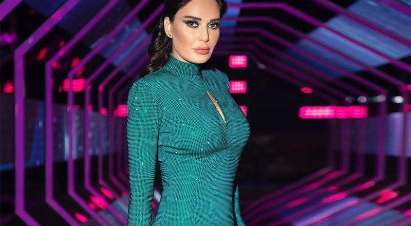 من صمّم فستان سيرين عبد النور المرصع بالكريستال الزمردي؟