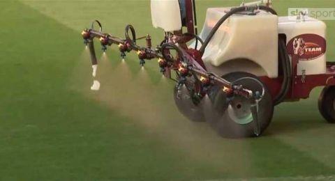 قبل لقاء ليفربول.. مانشستر يونايتد يرش أرضية الملعب بالثوم!