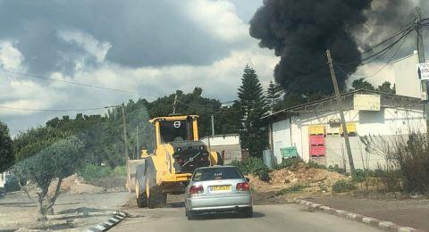 حريق هائل في مخزن بمدينة الطيرة والبحث عن عالقين
