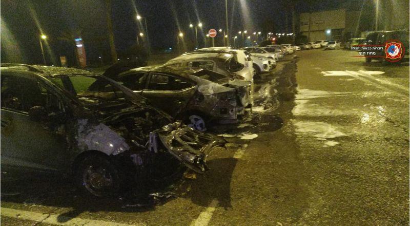 اندلاع النيران بثلاث سيارات في مدينة حيفا