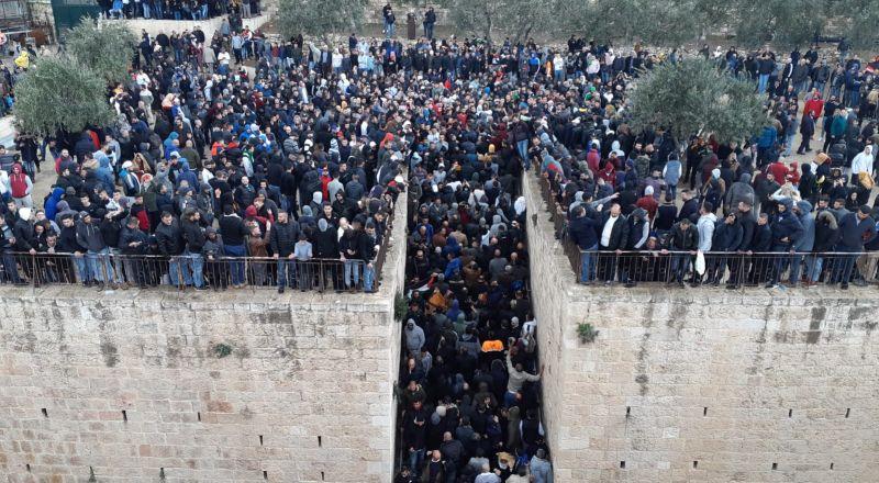القدس: المصلون يفتحون باب مصلى الرحمة بعد اغلاقه منذ 2003 وسط هتافات التكبير