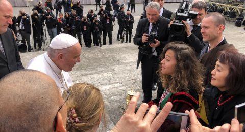 الصحفية الصغيرة الطالبة جنى وثلاث من رفيقاتها في العالم يسلمن بابا الفاتيكان شعلة السلام