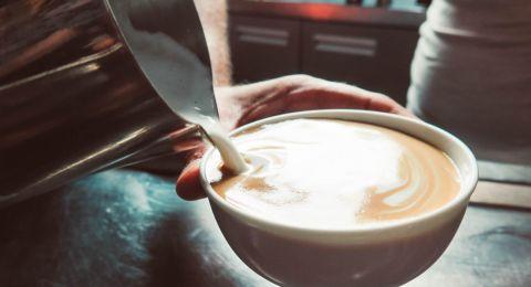 الحليب مع الشاي والقهوة.. يحميك  من