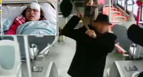 شاهد: مسن يعتدي بوحشية على سائقة حافلة بعكازه