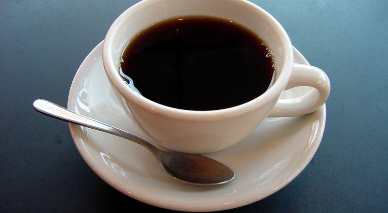 الحليب مع الشاي والقهوة.. يقي من