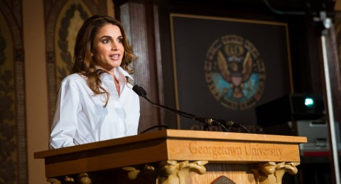 الملكة رانيا تواكب الموضة بأحداث صيحاتها في واشنطن