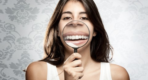 4 طرق مفاجئة لتبييض الأسنان!