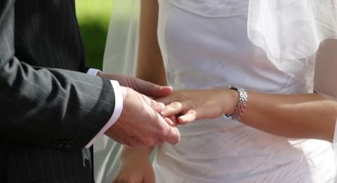 لماذا نضع خاتم الزواج في اليد اليسرى؟