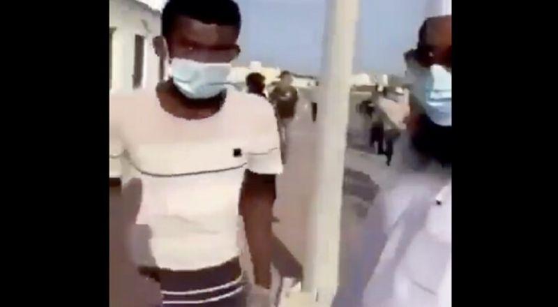 بالفيديو:طرده لأنه غير مسلم كان يقف للحصول على وجبة