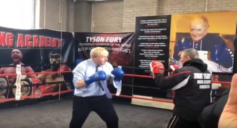 رئيس الوزراء البريطاني يدخل حلبة النزال ويتدرب على الملاكمة