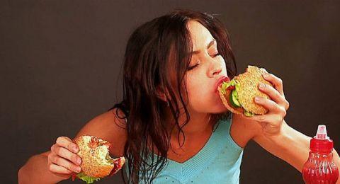 هل تعلمون ما الأسباب التي تدفعكم إلى الإفراط في الأكل؟