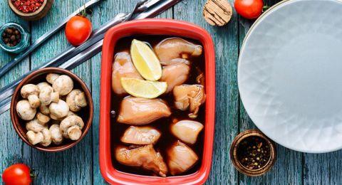 نقع الدجاج النيئ في الخلّ أو عصير اللّيمون.. هل يقتلُ البكتيريا؟