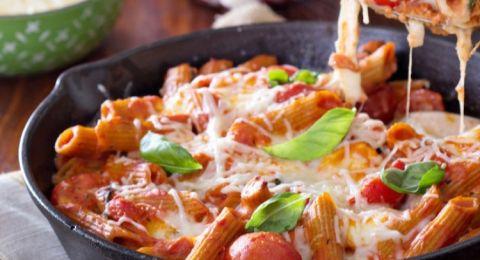 مكرونة بالفرن بالطماطم وجبن الموزريلا