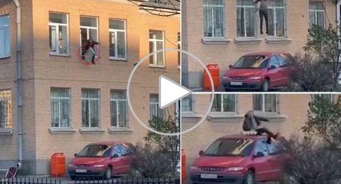 روسي يسرق مدفأة من مركز للشرطة ويقفز مقيّداً من النافذة