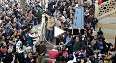 بالفيديو: انهيار سلم احد ابواب المسجد لدى تشييع فاتن حمامة