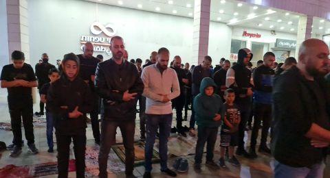 ام الفحم: تظاهرة ضد العنف واقامة صلاة التراويح في بناية البلدية