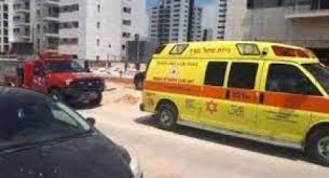 اصابة متوسطة لعامل جراء سقوطه من علو
