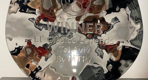 وصول الكأس التي ستهدى للفائز بين برشلونة وريال مدريد
