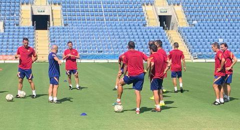فريق برشلونة يبدأ تدريباته في بيتح تكفا