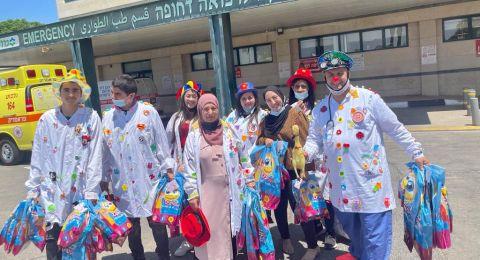 عشية عيد الأضحى المبارك : مجموعة التهريج الطبي دبورية توزع الهدايا على الأطفال المرضى