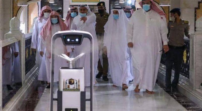 روبوت ذكي لتعقيم المسجد الحرام وتوزيع ماء زمزم