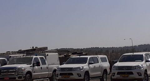 الشرطة الاسرائيلية تداهم ضواحي اللقية وتلصق إنذارات بالهدم والاخلاء على كافة مباني عائلة ابو مطير