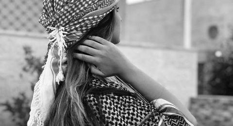 حلا الترك ملتفة بالكوفية التقليدية من رأسها حتى قدميها