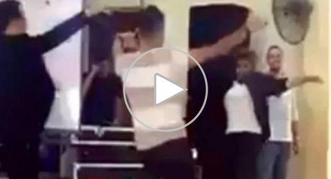 معلم مصري يتحدى طلابه بوصلة رقص مثيرة