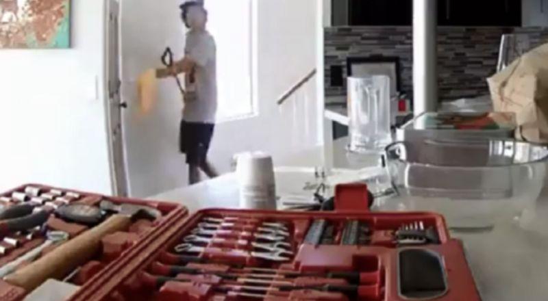 لص مغفل يسرق منزلا ويكشف نفسه بنفسه!
