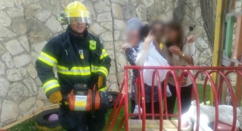 انتبهوا لأطفالكم! تخليص طفلة بعدما علق رأسها بين قضبان حديدية