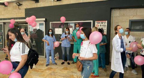 الناصرة: إطلاق بالونات وردية للتوعية بأهميّة الكشف المبكّر عن سرطان الثدي